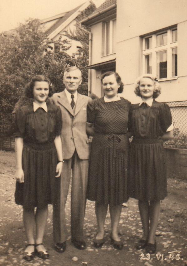 Blanka (vlevo) s rodiči a sestrou Věrou v roce 1946. Foto: Paměť národa