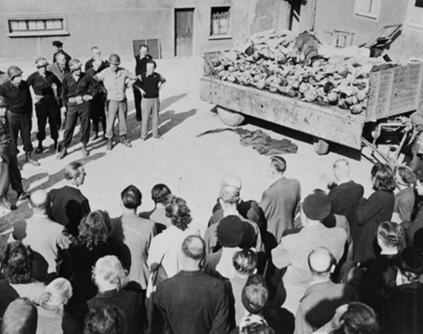 Americká armáda v koncentračním táboře Buchenwald po osvobození. Foto: Paměť národa/archív Naftali Fürsta