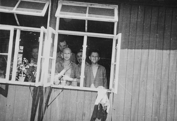 Osvobození vězňové v baráku nemocnice v Buchenwaldu. Foto: William B. Duff/United States Holocaust Memorial Museum