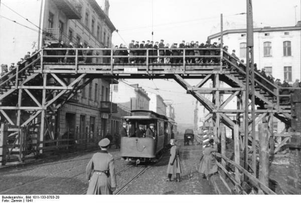 Most nad dnešní Zgierskou ulicí, která rozdělovala ghetto.