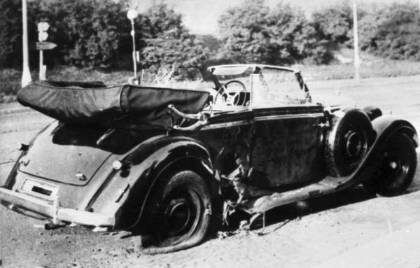 Poškozený vůz Mercedes-Benz W142 Reinharda Heydricha na místě činu.  (Deutsches Bundesarchiv)