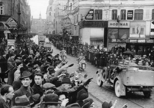 Brněnští Němci nadšeně vítají vojáky wehrmachtu.