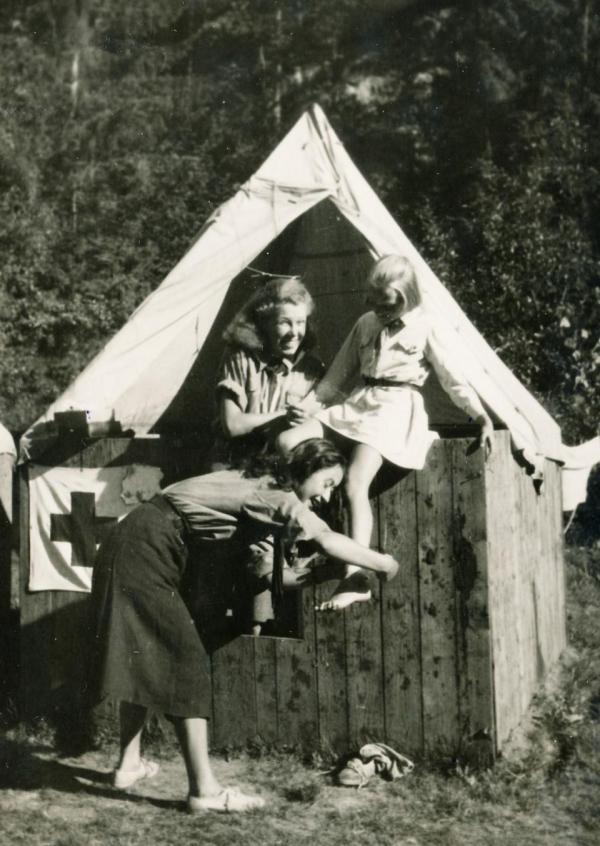 Jiřina Čechová (nejmenší dívka) na skautském táboře v roce 1947.