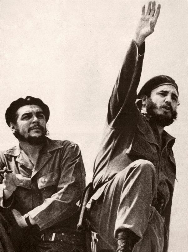 Fidel Castro (vpravo) s vůdcem kubánských gueril Che Guevarou v roce 1961, kdy Che Guevara řídil ministerstvo průmyslu a poradce dělal i československý ekonom Valtr Komárek. V roce 1966 opustil Che Guevara Kubu kvůli rozporům s Castrem. Foto: Wikimedia Commons/Alberto Korda/Public Domain
