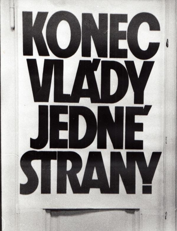 Plakát s hlavním požadavkem sametové revoluce.