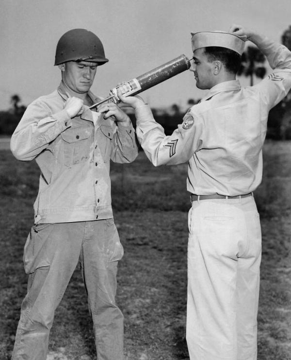 Američtí vojáci přivezli kromě penicilinu také DDT, které hubilo parazity přenášející skvrnitý tyfus. Foto: Wikimedia Commons