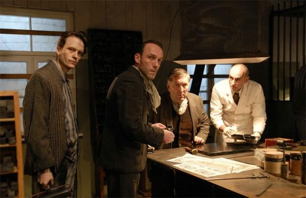Padělatelská dílna v rakousko-německém filmu Ďáblova dílna.