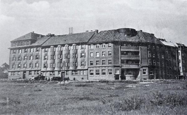 Domov důchodů sídlil v bývalém Útulném Domově osamělým ženám z první republiky. Celý objekt byl tvořen třemi domy, které byly vnitřně propojeny.