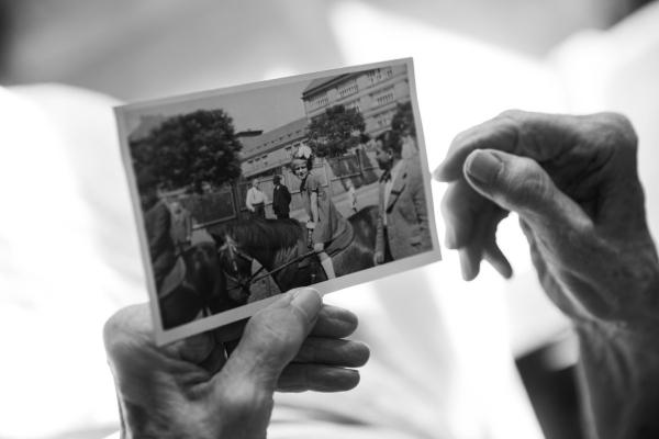 Věra Ďulová se svou fotografií z dětství. Foto: Lukáš Žentel
