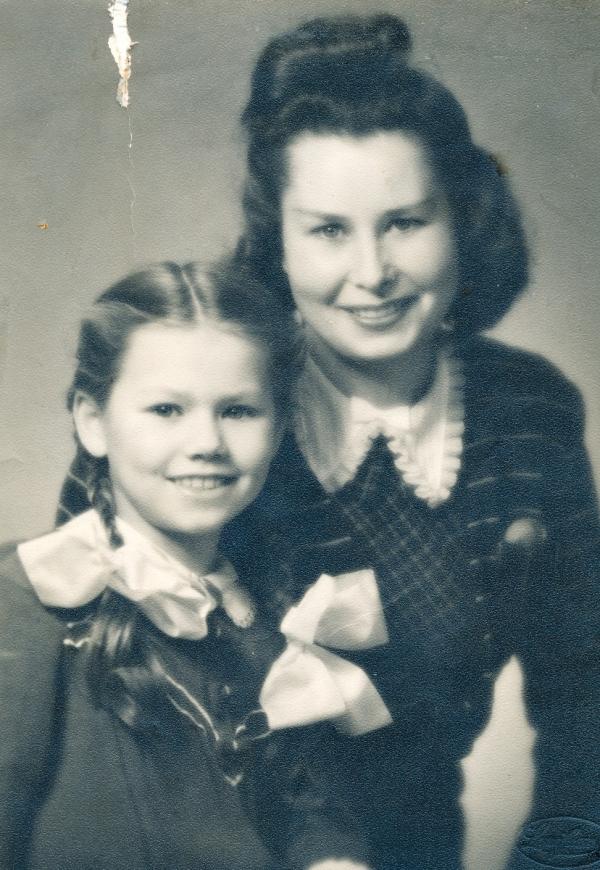 Šťastné shledání Elżbiety Grosseové s maminkou po válce.