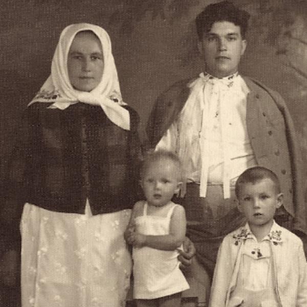 Petr Esterka s maminkou a sourozenci. Foto: Paměť národa