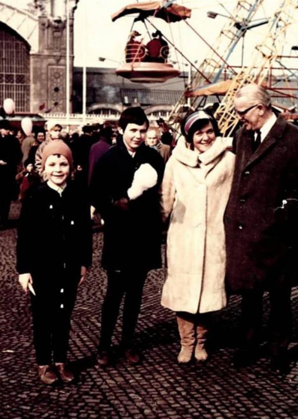 S dětmi a profesorem Keulemansem. Foto: Paměť národa