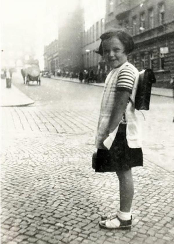 Eva na cestě do školy. Foto: Paměť národa