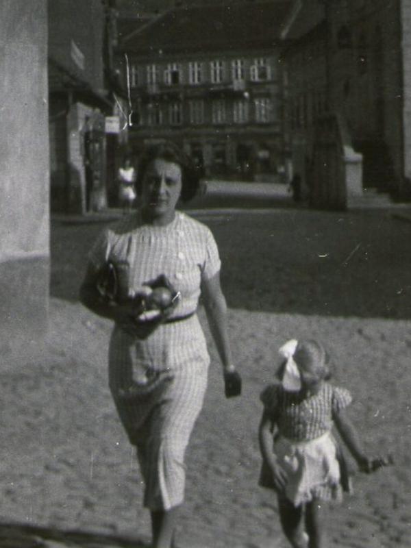 Malá Eva s maminkou Zdenou, rozenou Edelsteinovou.
