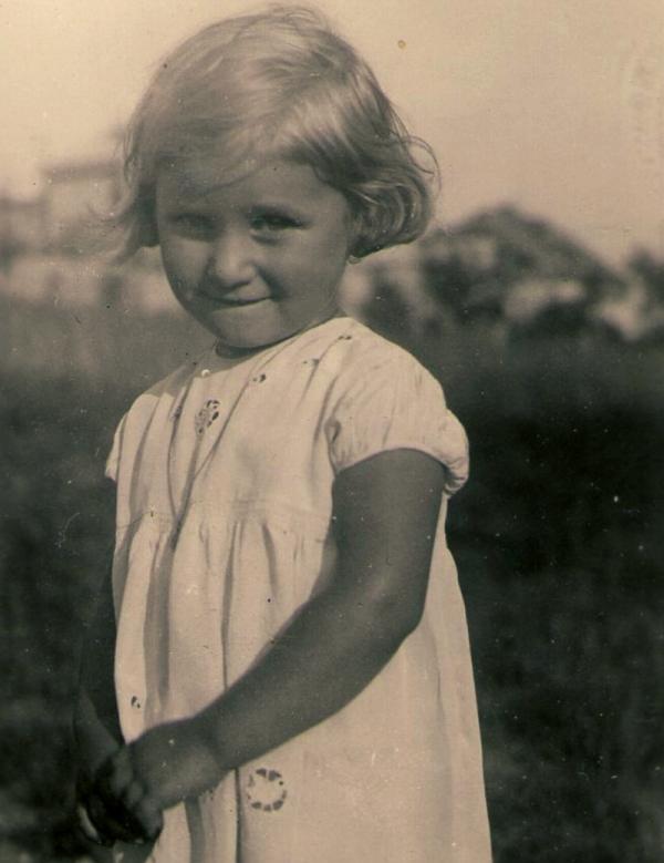 Eva Doleželová, rozená Tejčková, v dětství.