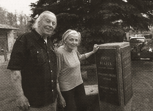 Sváťa Karásek s Věrou Rolečkovou v roce 2019 u pamětní desky jejího tatínka a strýce. Foto: Paměť národa
