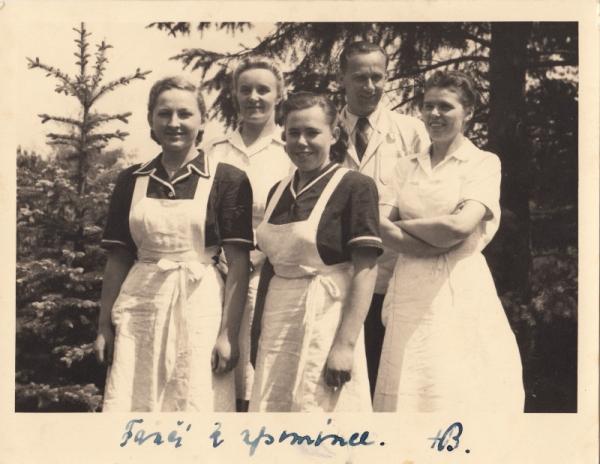 Františka Jeřábková (vlevo) s kolegyněmi z kuchyně a komornou Hany Benešové Vilmou Kulhánkovou, s věnováním od Hany Benešové. Foto: Paměť národa