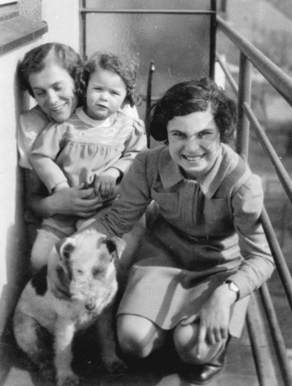 Brigita (vpravo) na návštěvě u známých těsně před odjezdem do Terezína v roce 1941.