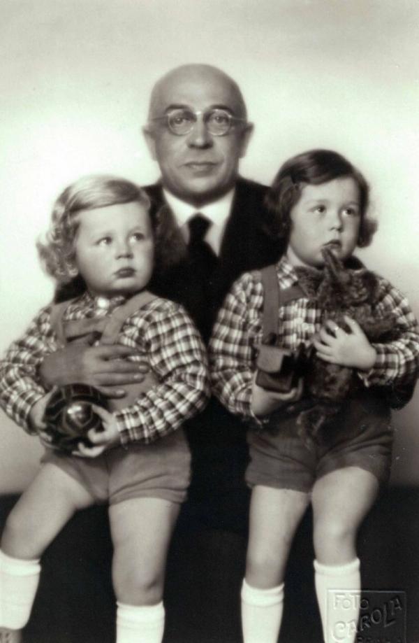 Renée Goldová a její bratr Tomy s otcem Menachimem Goldem. Zdroj: archiv Noemi Zárubové