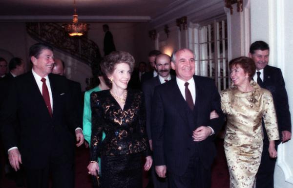 Michail Gorbačov a Ronald Reagan se svými manželkami ve Washingtonu 9. prosince 1987.