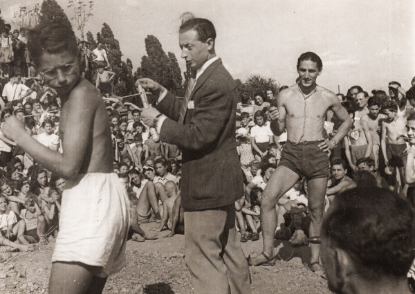 """Hřiště Hagibor (hebrejsky hrdina), kde židovský pedagog a sportovec Fredy Hirsch (vpravo) organizoval oázu """"normálního"""" života pro děti a mládež."""