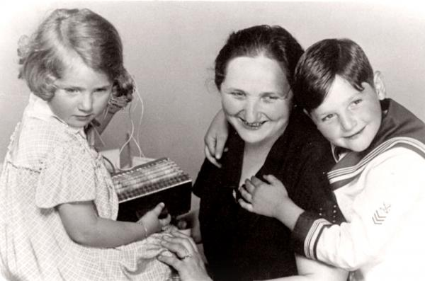 Jiří Brady se svou maminkou a mladší sestrou Haničkou.