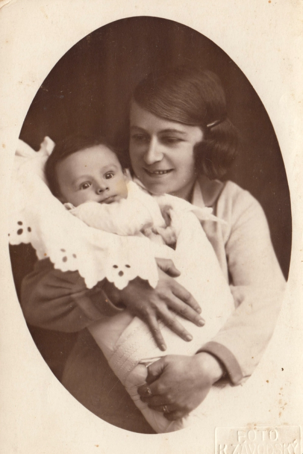 Hedvika Huschová s prvorozeným synem Richardem. Foto: Paměť národa