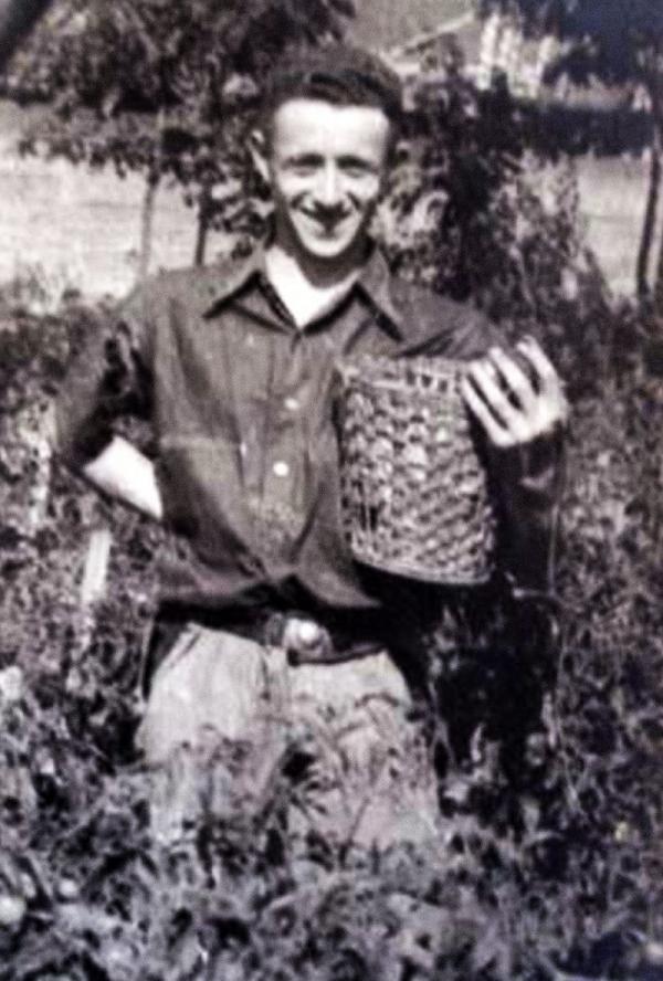 Heinz v zelinářské zahradě židovského blázince v Hloubětíně, kde za války pracoval. Foto: Paměť národa