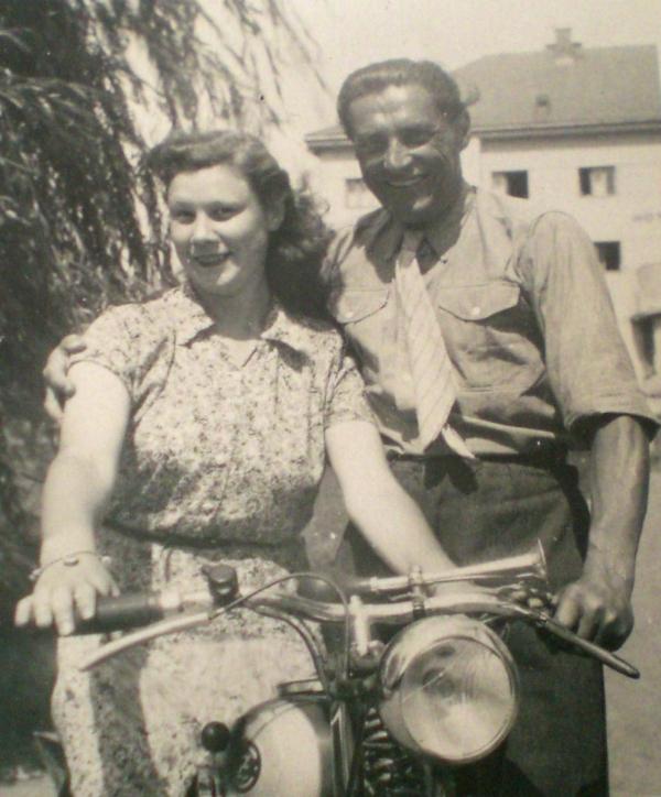 Helena v roce 1946 u zámku s kulturním lektorem Vladimírem Rubešem. Zdroj: Paměť národa