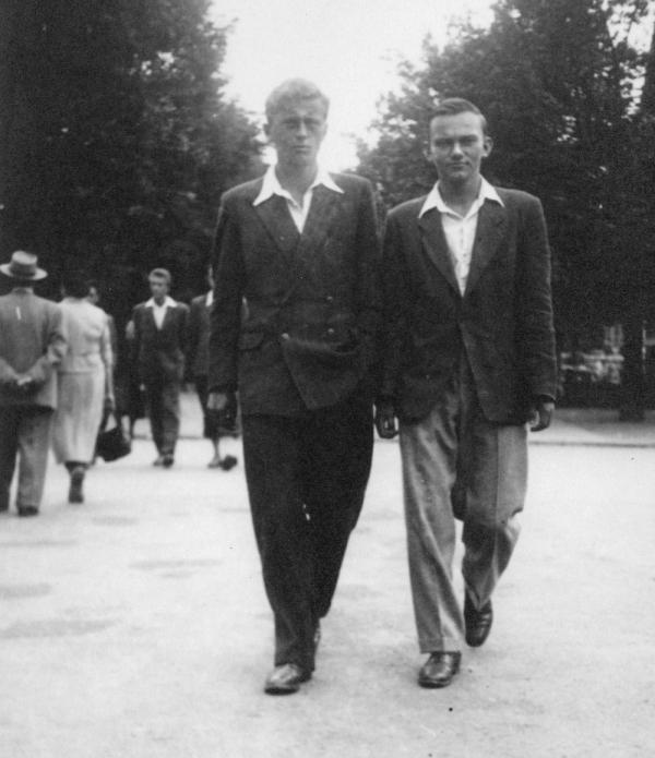 Vladimír Hradec s Ctiradem Mašínem (vpravo) na promenádě v Poděbradech. Foto: Paměť národa