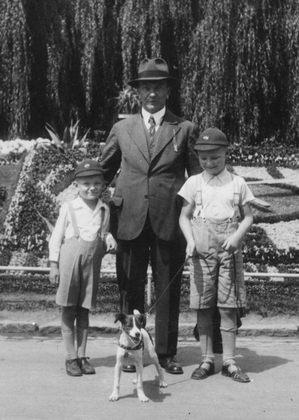 Vladimír Hradec s tatínkem a starším bratrem před slunečními hodinami v Poděbradech. Foto: Paměť národa