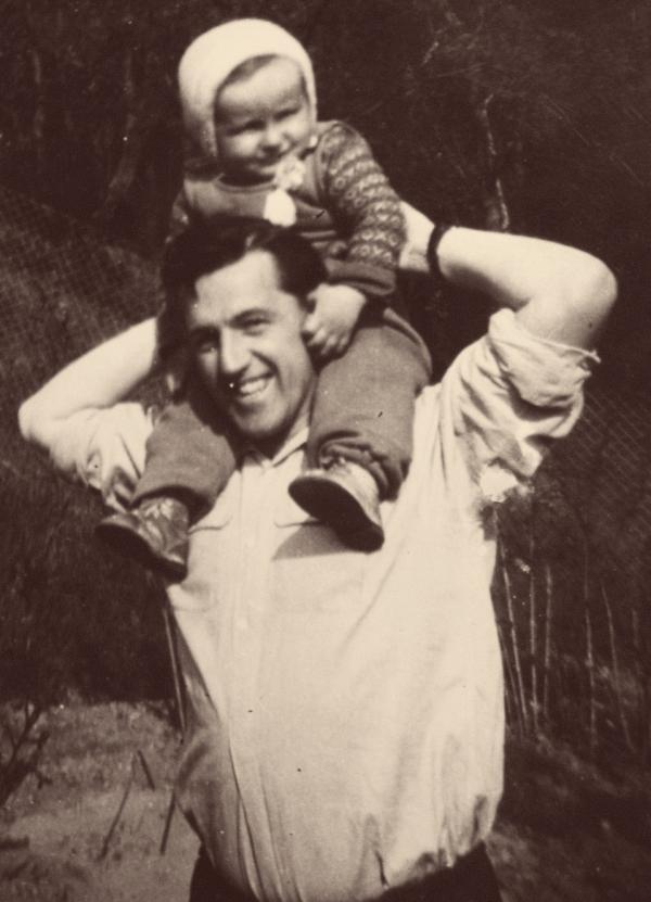 Karel Hrubý se svým patnáctiměsíčním synem. Den nato byl zatčený. Foto: Paměť národa