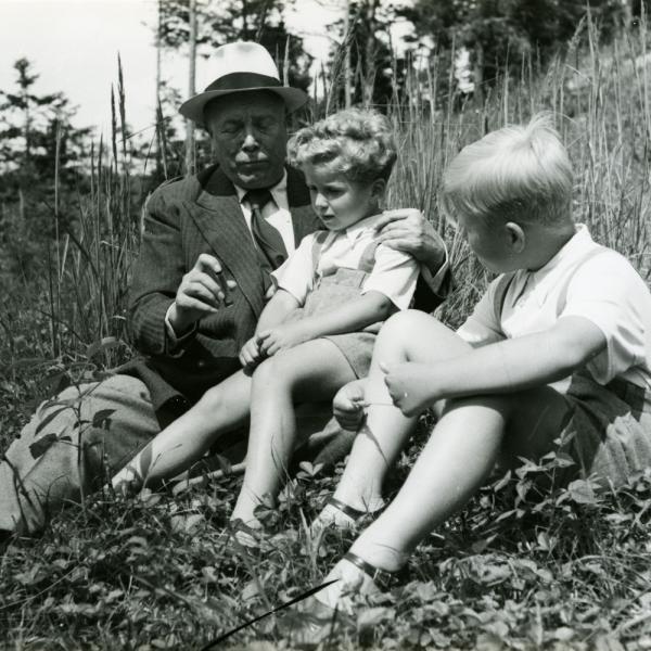 S dědečkem Vavrečkou a s o dva roky starším bratrem Václavem na Havlově v roce 1943. Foto: archiv Ivana M. Havla