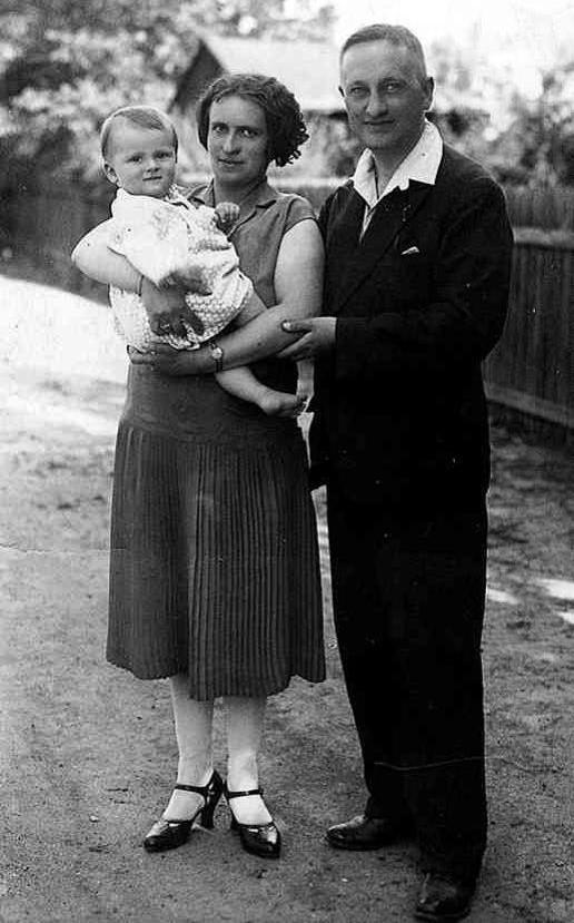 Hugovi rodiče s bratrem Gerhardem v roce 1930.