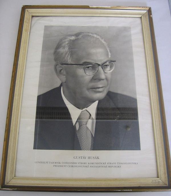 Portrét Gustáva Husáka, který visel v každé třídě.