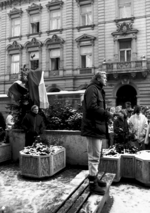 Hynek Faschingbauer byl první den protestů v Domažlicích jediným řečníkem, v následujících dnech se přidávali další. Foto: Paměť národa