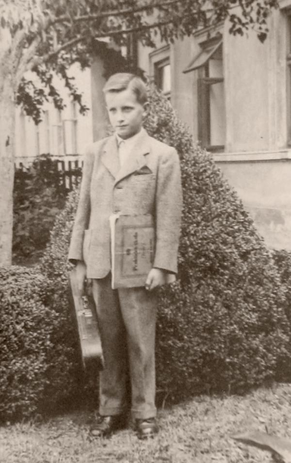 Jan Vanát před domem adoptivních rodičů Izákových ve Skrbni.