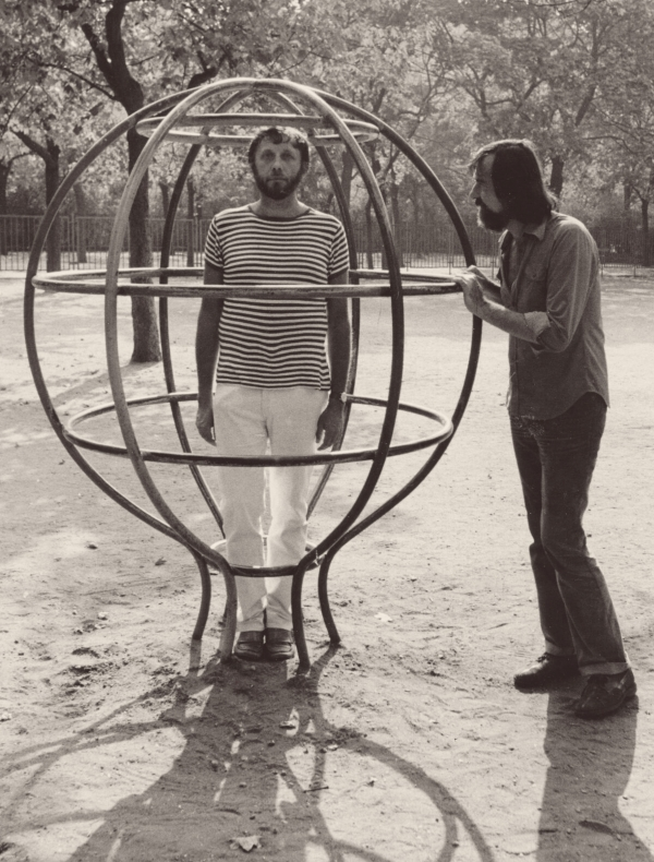 Jan Vodňanský s Pavlem Šrutem v Sadech Svatopluka Čecha na Vinohradech v roce 1979. Foto: Paměť národa