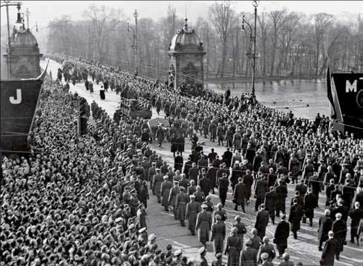 Pohřeb Jana Masaryka 13. března byl celonárodní tichou manifestací: pohřební průvod na mostě Legií. Foto: Paměť národa