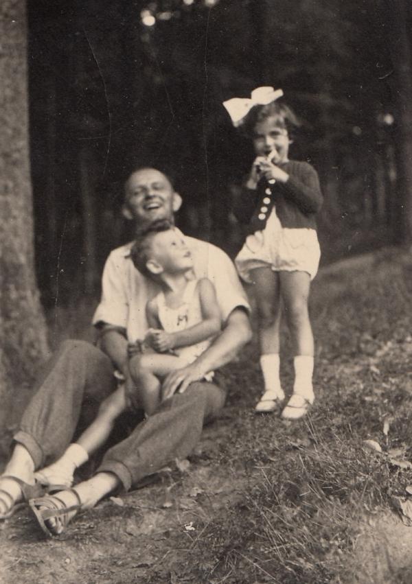 S tatínkem a sestřenici Hanou Taussigovou před vystěhováním z Libercem. Sestřenice byla zavražděna v Osvětimi. Foto: Paměť národa