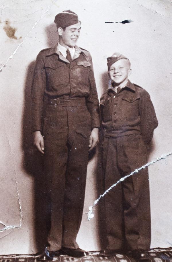 Jindřich (vpravo) a spolužák z Vojenské hudební školy. Foto: Paměť národa