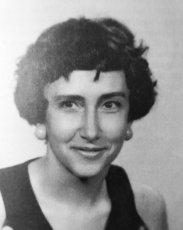 Jiřina Šiklová v době, kdy začala fungovat jako spojka – dovezené tiskoviny doručovala příjemcům. Foto: Jiřina Šiklová