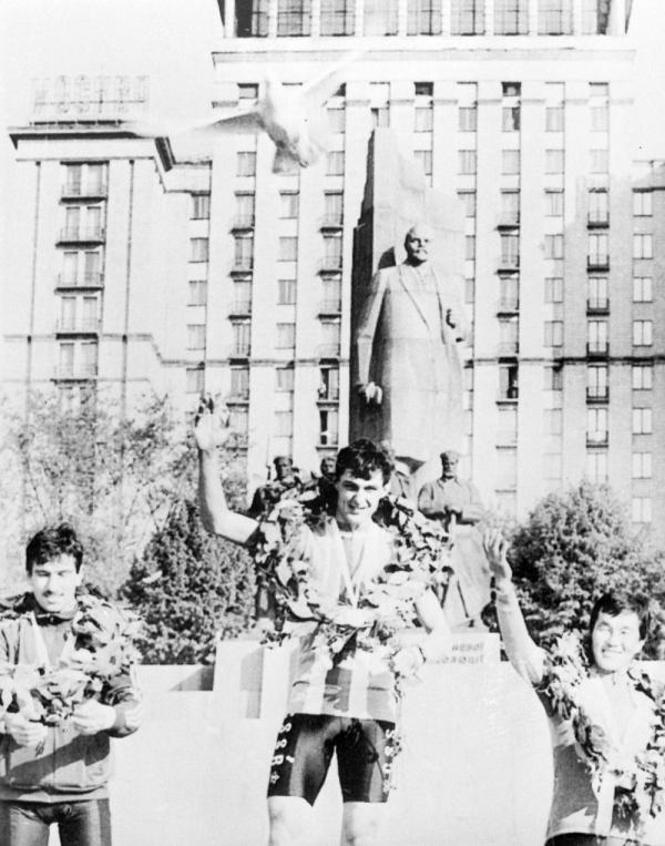 Jednadvacetiletý nováček v reprezentaci Jozef Regec slavil v první etapě cyklistického Závodu míru v Kyjevě 7. května 1986 vítězství  před sochou bývalého sovětského vůdce Lenina. Foto: ČTK