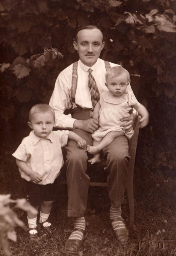 Johann Husch se svými nejstaršími dětmi Richardem a Ilonou. Foto: Paměť národa