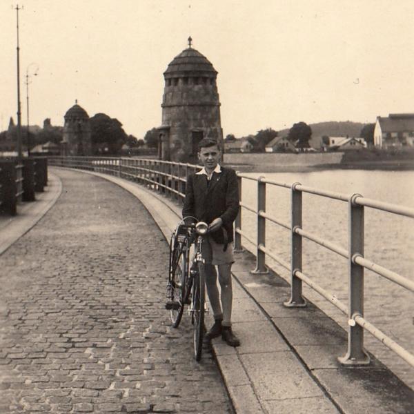 Josef Tvrzník na hrázi jablonecké přehrady v roce 1945. Foto: Paměť národa