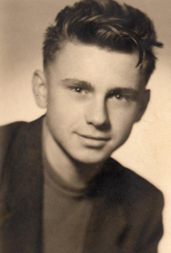 Josef Tvrzník jako student Střední uměleckoprůmyslové školy v Jablonci v roce 1947. Foto: Paměť národa