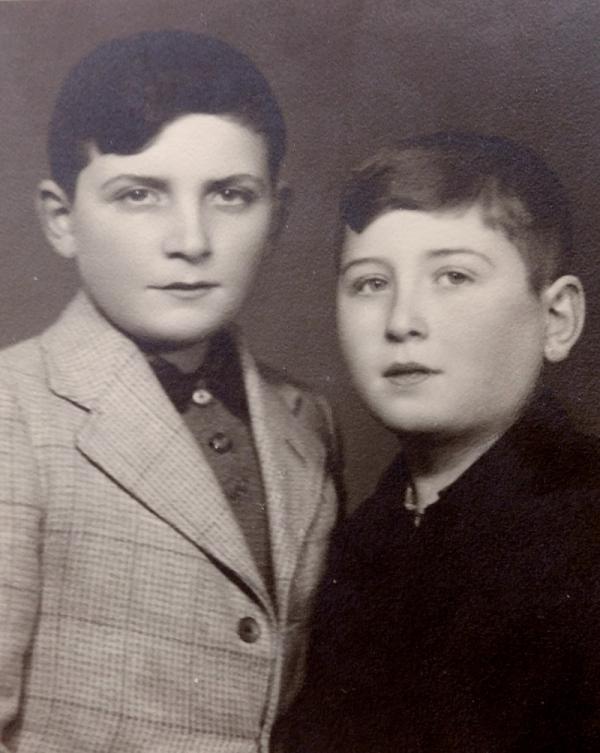 Jiří (vlevo) s bratrancem Josefem po válce. Zdroj: Paměť národa