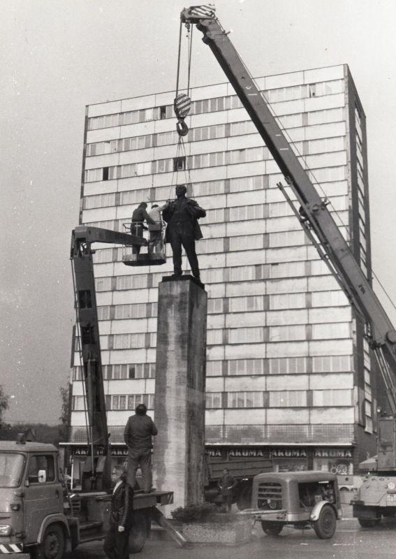 Konec sovětské éry v Mladé Boleslavi symbolizovalo i odstranění sochy V. I. Lenina v roce 1990. Zdroj: Paměť národa