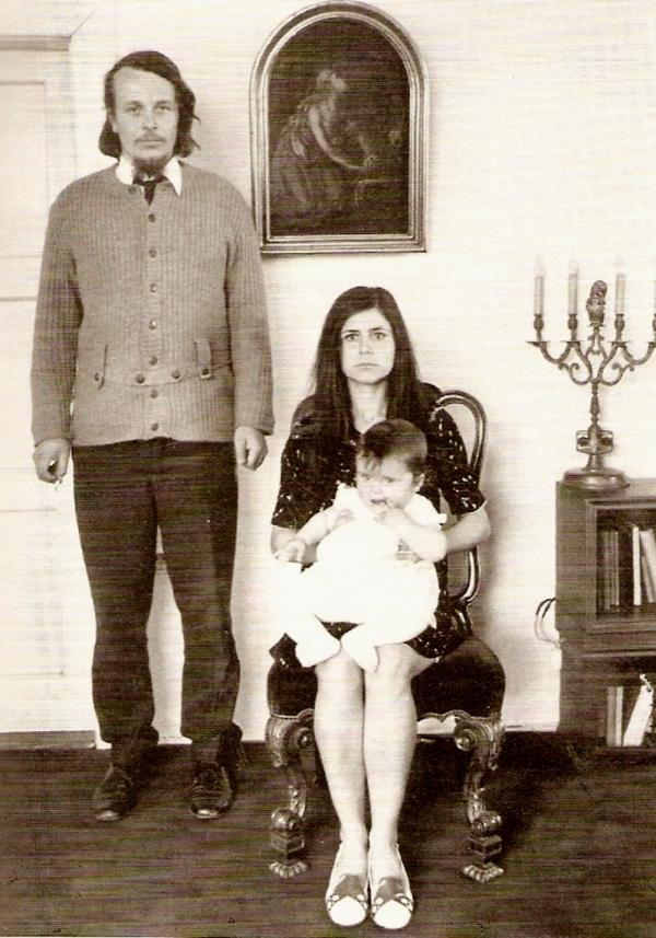 Na hradě Houska s manželkou Stáňou a první dcerou Adélou. Po ní se narodil syn Šimon a druhá dcera Kristýna. Foto: Paměť národa