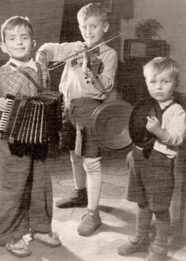 Muzicírování se staršími bratry Milanem a Oldřichem. Foto: Paměť národa